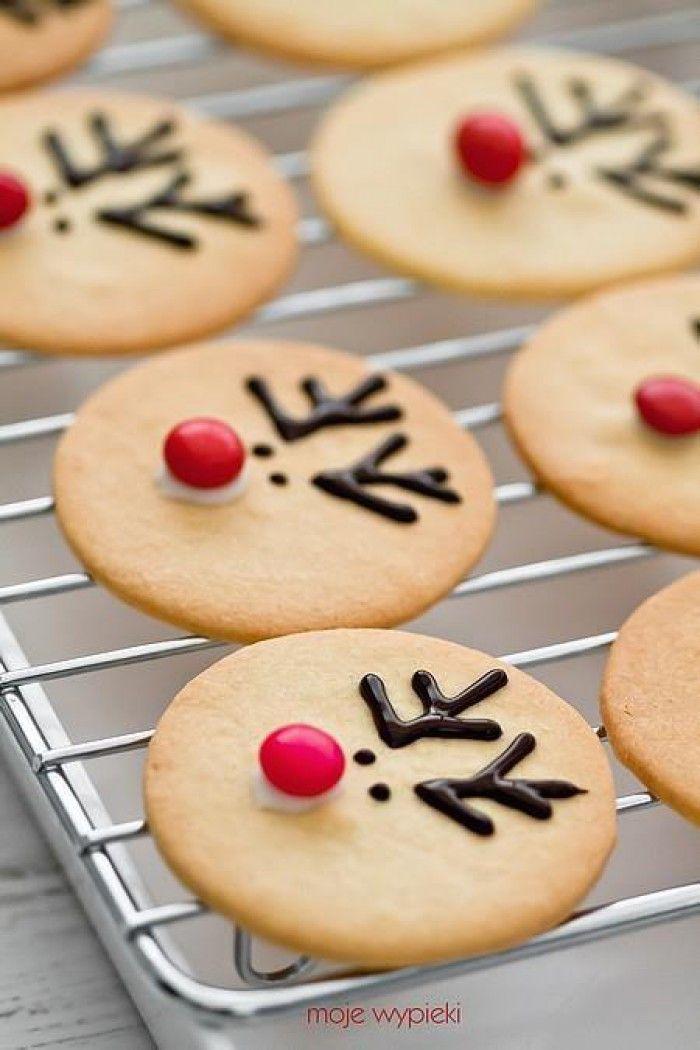 Kerstmis Rendier Koekjes - maak basis Suiker Koekjes en versier met gesmolten chocolade voor de oogjes en gewei, een rode Smartie op wat poedersuiker glazuur voor de neus.