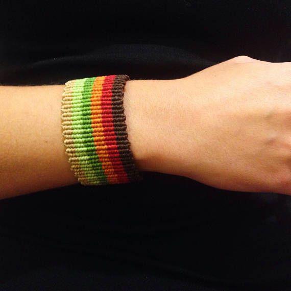 ** Brazalete unisex de macramé con diseño de líneas en colores tierra / Pulsera ancha para hombre inspirada en la Naturaleza / Brazalete en colores otoñales ** Pulsera de macrame realizada con hilo encerado brasileño de alta calidad. Este tipo de pulseras de macramé se crean mediante la