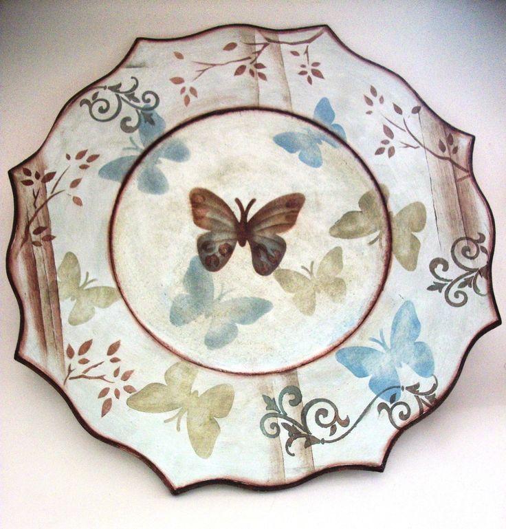 - Sousplat em mdf  - Pintado nas cores Castanho e Azul Hortência  - Com decoração em estêncil ( borboletas,galhos com folhas,arebescos...  - Todo envernizado    Sousplat é um prato em mdf que serve para ficar abaixo do prato principal a ser servido
