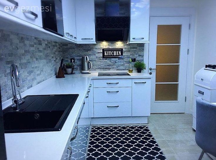 Lacivertin sofistike havasını ön plana çıkarmada çok başarılı olan, beyazlar içinde bir zemin tercih etmiş Hülya hanım. Dekorasyona ve tasarıma ilgisi ile yeni evlerini tasarlamak kendisi için büyük b...