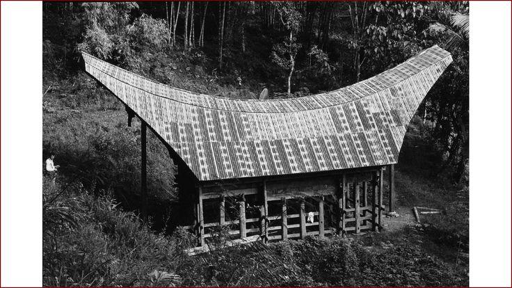 Een Toraja huis met een dak van metalen golfplaat - dhr. J.I. (Jowa Imre) Kis-Jovak