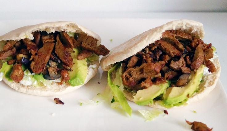 Vegetarische broodjes shoarma met avocado, tzatziki en aubergine