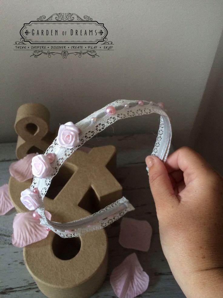 Diadema con puntilla blanca, flores y perlas #diademas #puntilla #perlas #flores #niñas
