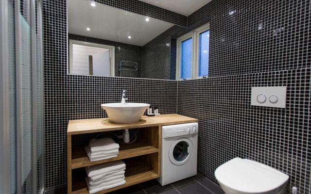 Distribución de lavadora y secadora en el baño para casas pequeñas.