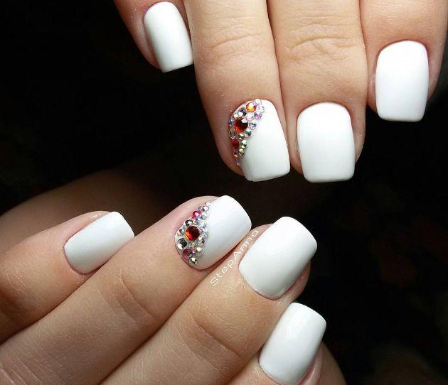 Manichiura cu strasuri  Poti decora unghiile micute cu cateva strasuri dragute pentru o manichiura sofisticata. (white nailes manicure)