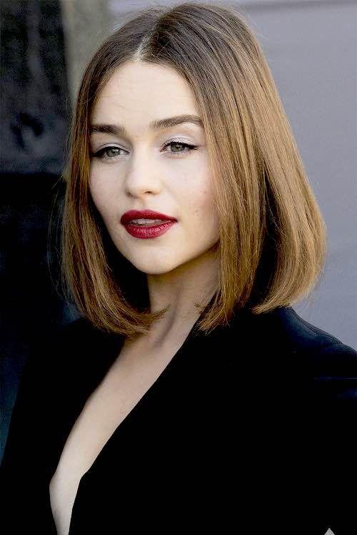 Cabelo liso arrumadinho & make com batom vermelho fechado, delineador fininho e sombra clara na Emilia Clarke
