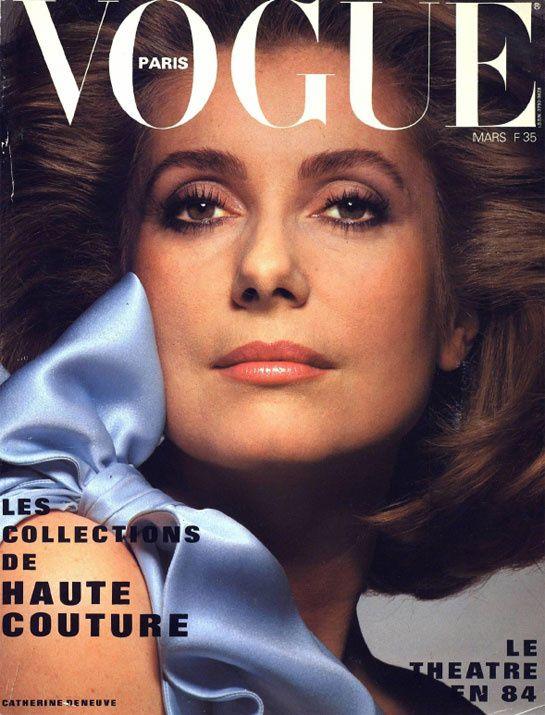 Catherine Deneuve pour le numéro de mars 1984 de Vogue Paris  Photographiée par Albert Watson, Catherine Deneuve prend la pose en couverture du numéro de mars 1984 en fourreau du soir Yves Saint Laurent.