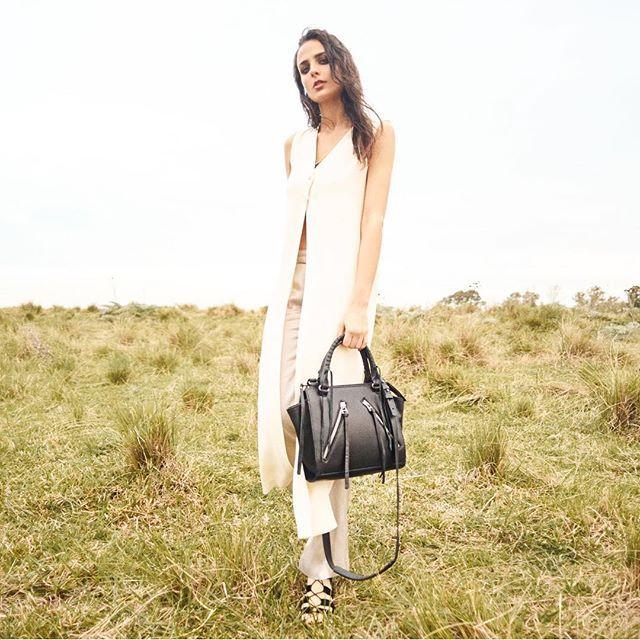 Total lookCartera CHANDLER // Sandalias EVA - - SHOP ONLINE  www.luboloque.com