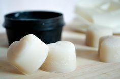 Déodorant naturel solide 30 g de bicarbonate de soude (très fin) • 20 g d'arrow root ou de fécule • 30 g de beurre de karité • 20 g d'huile de coco • 10 gouttes d'huile essentielle de votre choix : tea tree, lavande (pour parfumer) …