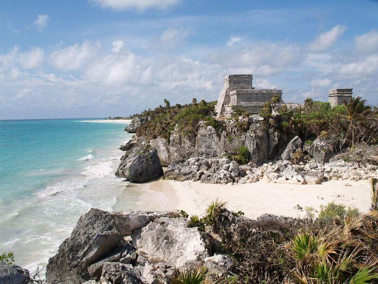 Тулум. На побережье Карибского моря можно найти только один, обнесенный стеной город – Тулум. Это самый древний город майя. Находится он в Мексике на острове Юкатан. Индейцы называли этот город совсем иначе – Сама. В переводе, что означает «город рассветов». В 19 веке город получил другое название Тулум – «огражденный стеной».  Одной из главных достопримечательностей является пирамида Эль Кастильо. Ее высота около 7,5 метров.