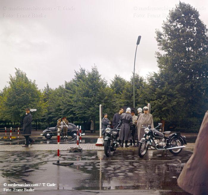 Berliner-Mauer Berlin Deutschland Germany Polizei Passanten 1961 Str. des 17. Juni Tiergarten Militärpolizei Motorrad medienarchiv.com fotos