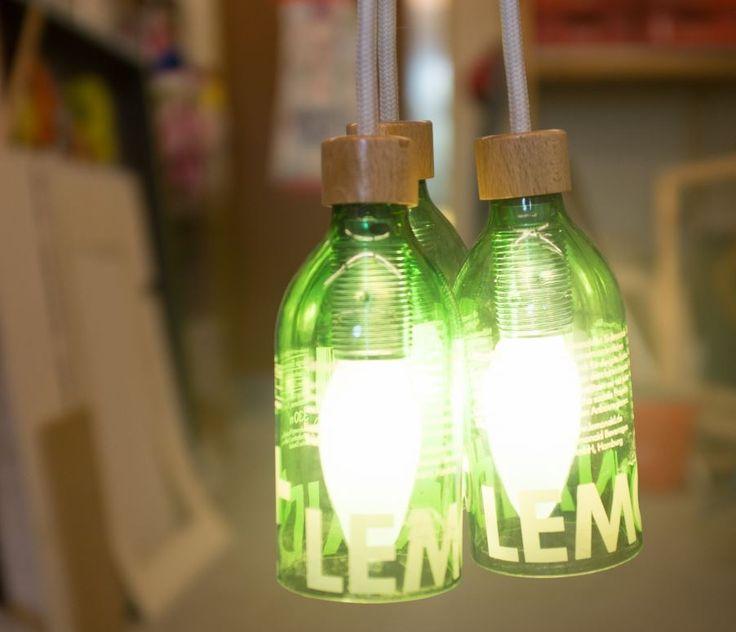 die besten 25 lampe aus flaschen ideen auf pinterest recycling weinflaschen dr braun und. Black Bedroom Furniture Sets. Home Design Ideas