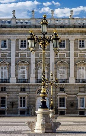 Elegante linterna de la ciudad cerca del Palacio Real en Madrid , Spain