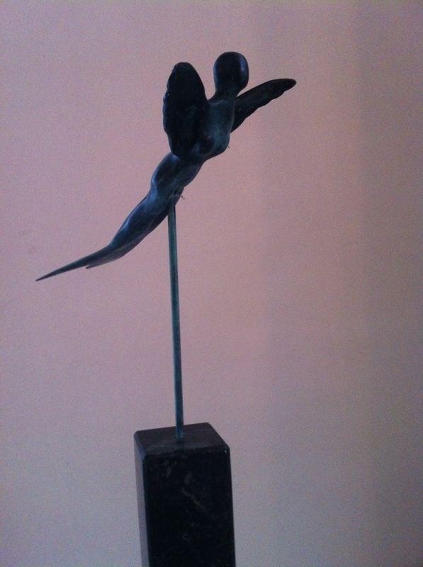 Bronzen Engel op hoge smalle hardstenen zuil
