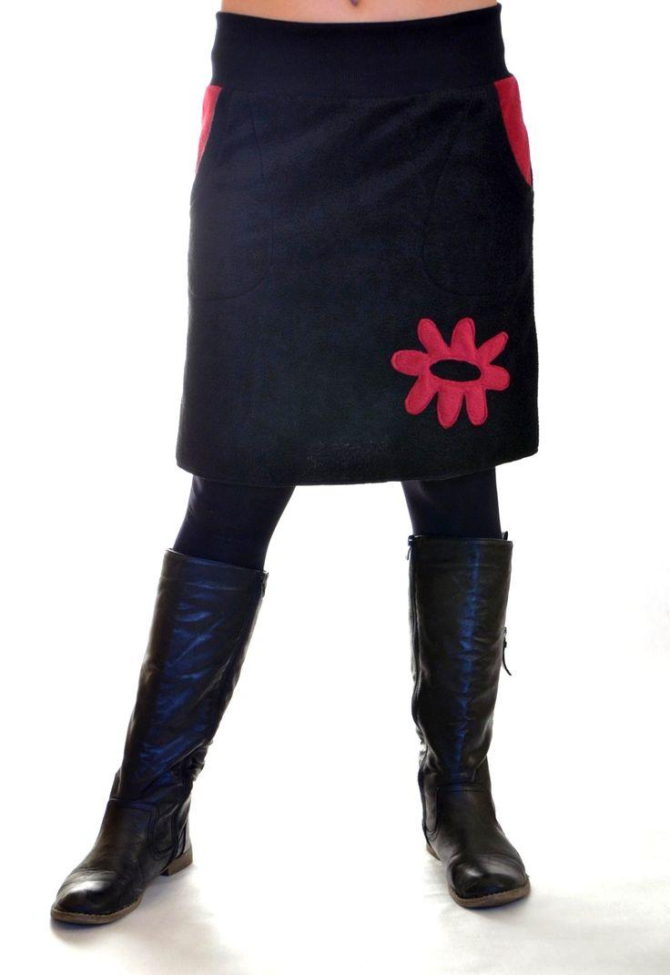 Sportovka s aplikací Sukně je ušita z černého fleece s kapsami a aplikací.Aplikace a lemy u kapes jsou tmavě fialové(vínově červené).V pase je pružný úplet s gumou ,aby sukně pěkně držela.  Velikost:pas-70cm  boky-102cm  délka-52cm