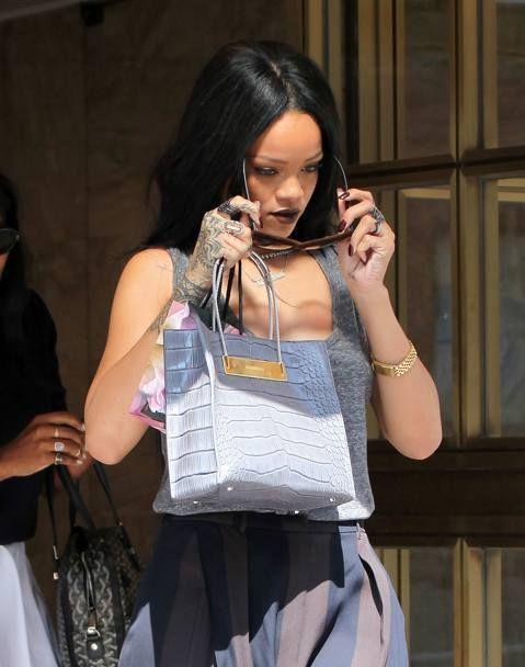 Τι μάρκα γυαλιών ηλίου φοράει η #Rihanna; Φοράει #ItaliaIndependent και μπορείτε να τα δείτε στο ηλεκτρονικό μας κατάστημα #OptoFashion. http://goo.gl/Fd9VOX