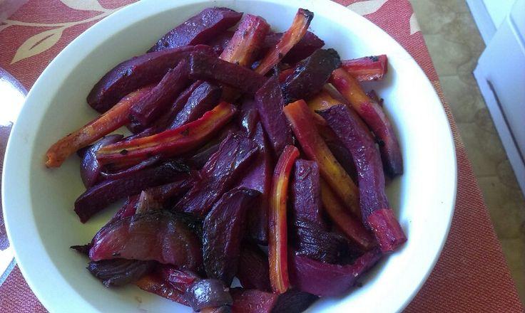 Sült zöldségek: répa, cékla lila hagyma durvára vágva, só, bors, balzsamecet,szárított chili. Fólia alatt egy órát, majd fólia nélkül pirosra sütjük