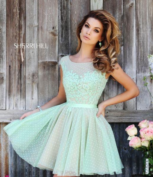 (Foto 8 de 31) Juvenil mini vestido de encaje en color verde manzana y con escote en transparencia, Galeria de fotos de Trajes de fiesta: El estilo country de Sherri Hill