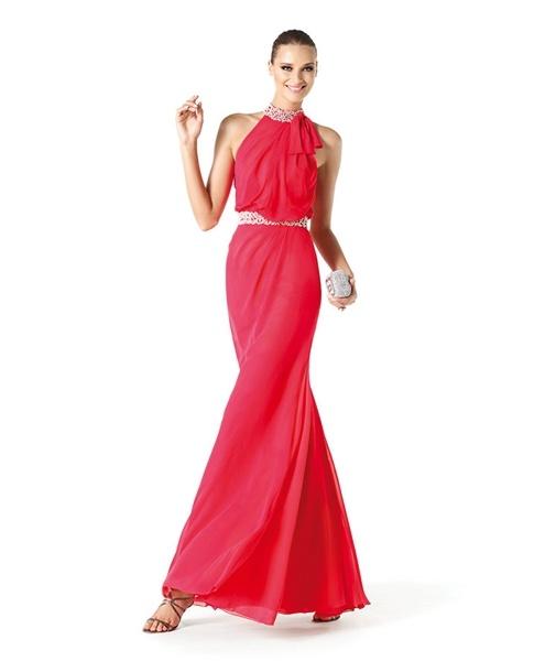 A cintura marcada é forte aposta nos vestidos da temporada, unindo ao toque de leveza apresentado nos barrados de saias com muita movimentação e delicadeza.