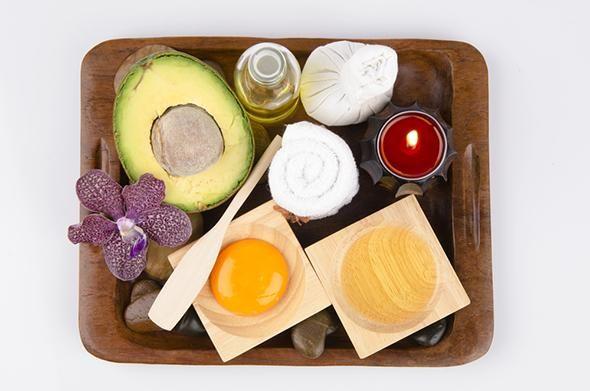 Gör din egen hårinpackning. Skona ditt hår från konserveringsmedel, parfymer och andra tillsatser. DIY – do it yourself. Det går nämligen utmärkt att fixa inpackningar av naturliga ingredienser som du redan har hemma. Vi tipsar om grönsakerna, oljorna och frukterna som fungerar.
