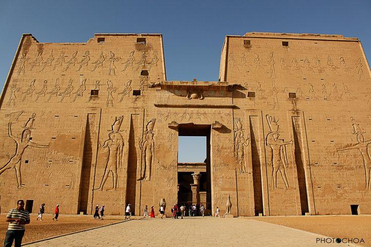 templo dedicado al dios de la cabeza de halcón, horus, - Buscar con Google