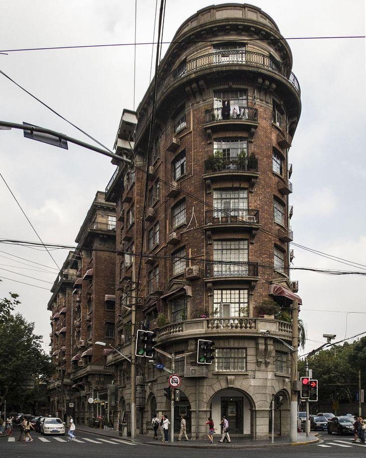 """Wukang Mansion часто сравнивали со знаменитым нью-йоркским домом-утюгом, но схожи они разве что силуэтом. Дом спроектировал венгерский архитектор Ласло Худец. Китайцы очень берегут """"западные"""" постройки начала ХХ века, но при этом сносят собственную малоэтажную историческую застройку целыми кварталами."""