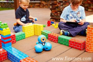 El lanzamiento de este proyecto anima a los niños mientras juegan a descubrir, aprender y practicar, los robots Bo y Yana ayudarán a cambiar la forma en la que juegan los niños y tendrá consecuencias para ellos cuando crezcan porque les aportará visión crítica y análisis causa-efecto. - See more at: http://ferias-internacionales.com/blog/bo-y-yana-los-robots-para-que-los-ninos-aprendan-a-programar/#sthash.PPaAh4yW.dpuf