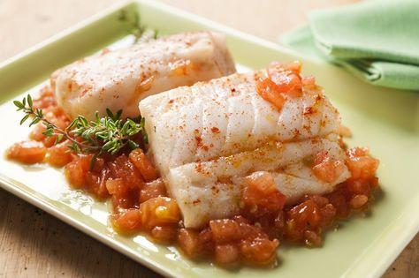 La ricetta facilissima e veloce per preparare il nasello surgelato in padella con pomodorini, olive e capperi