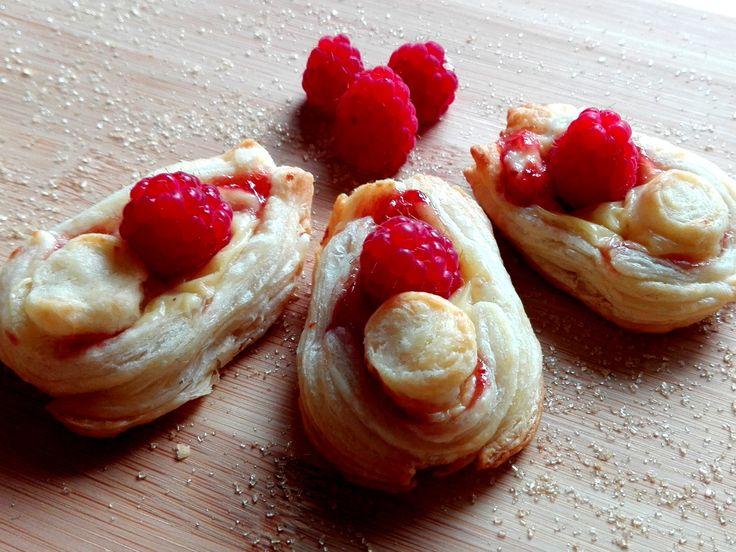 Zůstalo vám pár čerstvých malit a přemýšlíte co s nimi? Připravte si rychlé a velmi jednoduché hrníčkové malinové koláčky, v podobě lodiček, a všichni ve vašem okolí se budou jenom olizovat. Rychlejší to už být ani nemůže.  http://www.hrnickova.cz/hrnickove-malinove-kolacky.html  #maliny #kolacky #hrnickove