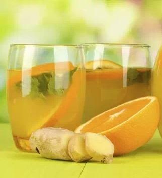 Jugo de naranja y jengibre para desintoxicar el hígado. Una taza de zumo de naranja natural y recién exprimido Una cucharadita de jengibre fresco rayado Una cucharada de aceite de oliva Mezclar en una licuadora o procesador de alimentos y beber enseguida. Puede ingerirse antes de dormir durante 3 noches seguidas. En caso de limpiezas más profundas puede tomarse durante 7 noches seguidas.