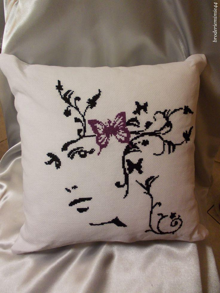 Coussin. Brodé mains. - point de croix - cross stitch - broderie - embroidery -. Voir création sur Blog : http://broderiemimie44.canalblog.com/ Grille de : http://passioncreative.over-blog.com/