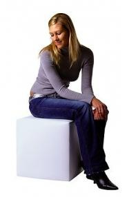 Sitzwürfel mit einem Bezug aus Textilleder  Gestell aus Schaumstoffplatten mit Schaumstoff-Auflage