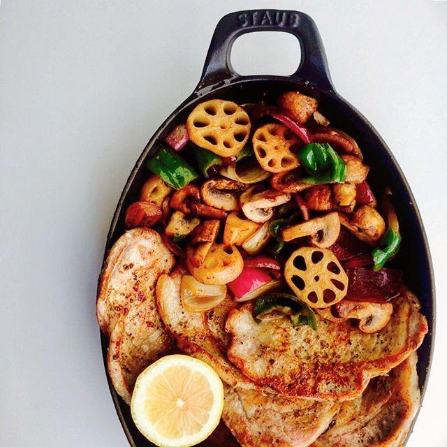 ・ おはようございます😊 豚肉と季節の野菜をシンプルに、ニンニクとバター、ハーブソルトたっぷりで仕上げにレモン🍋ぎゅー✊️です♪ ・ たまに、肉らしいものが食べたい!って言われます。 肉らしいものって、シンプルに焼いたものかな🤔 ということで、コレです♪ ・ 今まで普通に使っていたスマホケース、いつも息子に、使いにくそう💦ってディスられて… え⁈なんで⁈😐普通やん…て言っていたけど ・ 先日のお買い物の時に 息子が新しいのを選んでくれて、めでたく買い換えたら ・ 薄いし裏に折れるし スマホ置いても画面見られるっ♡←私のレベルの低さ😭💦 ・ そして、俺も買おっかなー…って、まさかの親子おソロ👫 テーブルに置いてたら、結構な確率で間違います😑💦 ・ 2017/09/19 #おうちごはん #おうちカフェ #とりあえず野菜食 #野菜 #肉 #シンプル料理 #簡単ごはん #ストウブ #staub #豚肉 #クッキングラム #デリスタグラマー #ロカリキッチン #日本が元気になるご飯 #料理写真 #タベリー #豊かな食卓 #ruhru秋のおうちごはんコンテスト…