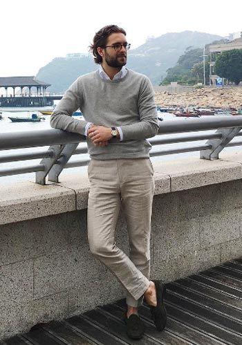 【40代】グレーセーター×ベージュパンツ×ローファーの着こなし(メンズ) | Italy Web
