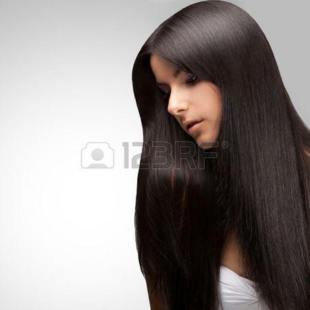 Bella ragazza bruna con lunghi sani capelli