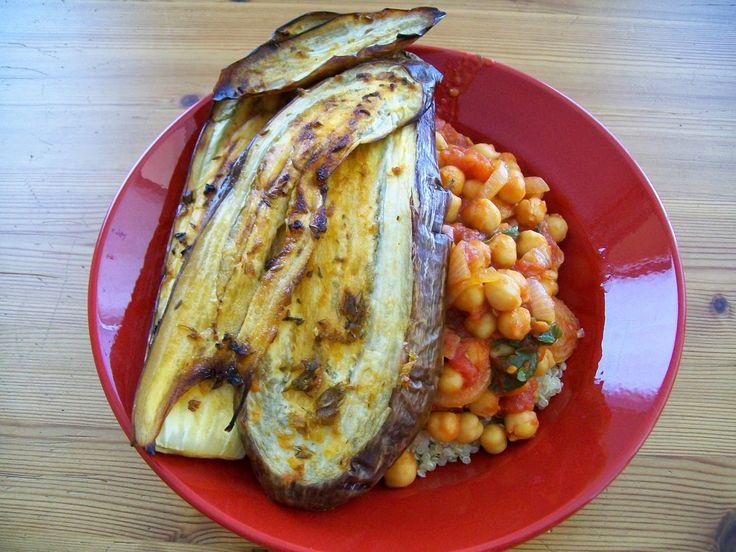 #melanzani #aubergine #bio #vegan #regional #saisonal #kichererbsen #rezepte #diy #homemade #hausgemacht #eintopf  Schnell noch die letzten reifen Melanzani und Tomaten beim Bio-Händler mitgenommen und damit einen veganen Kichererbsen-Eintopf bereichert.  Viel Freude beim Nachkochen & Laß es Dir schmecken! Ella einfach vegan kochen - backen - essen und genießen in Wien