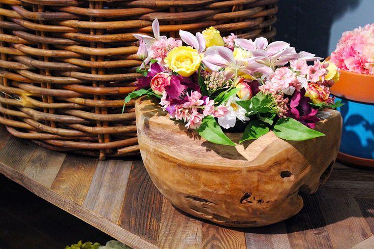 #Vaso in legno con #decorazioni floreali.