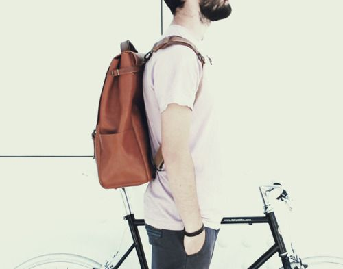 (ENG) - Riding without destination, stopping by the river and see the sun shining on the water, passing the city limits and biking through the forest, these are the simple pleasures that fill us! In addition to the Tokyo Bike, Candeeiros backpack is essential to take all we need, from our favorite book, a refreshing drink or the ingredients for a picnic.//(PT) - Pedalar sem destino definido, parar perto do rio e ver o sol a reluzir na água, passar os limites da cidade e passear de bicicleta…