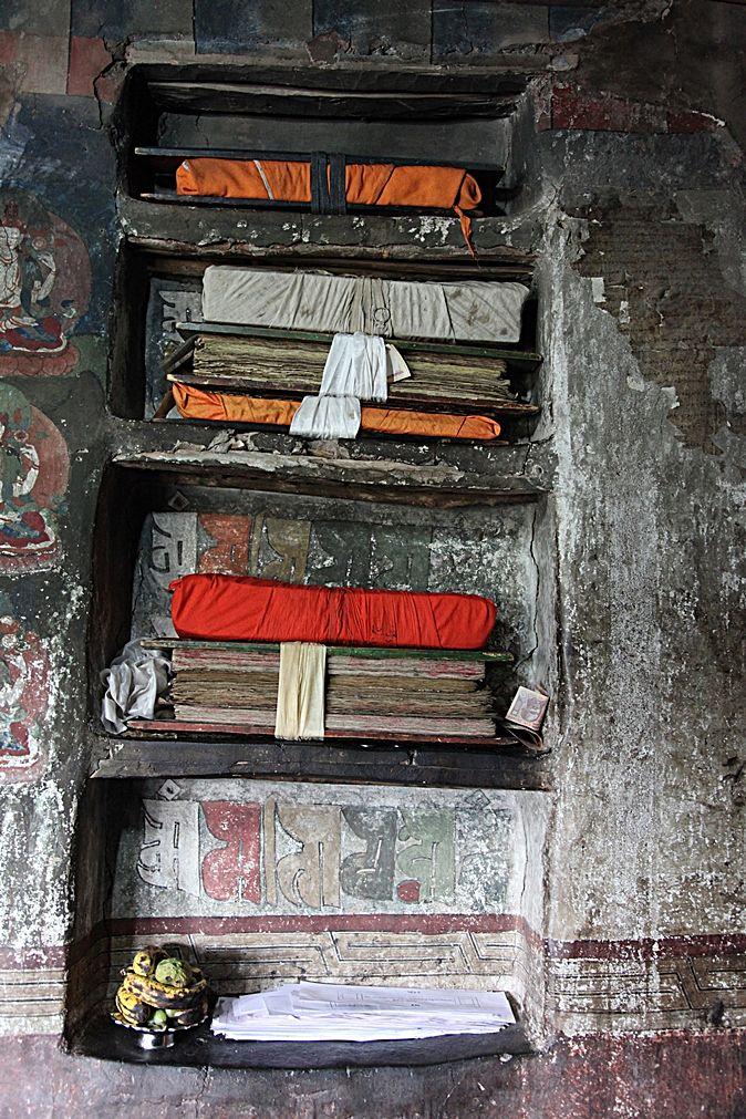 Dettaglio mensole con libri all'interno dello Stakna Gompa. Foto di Samuele Fracasso