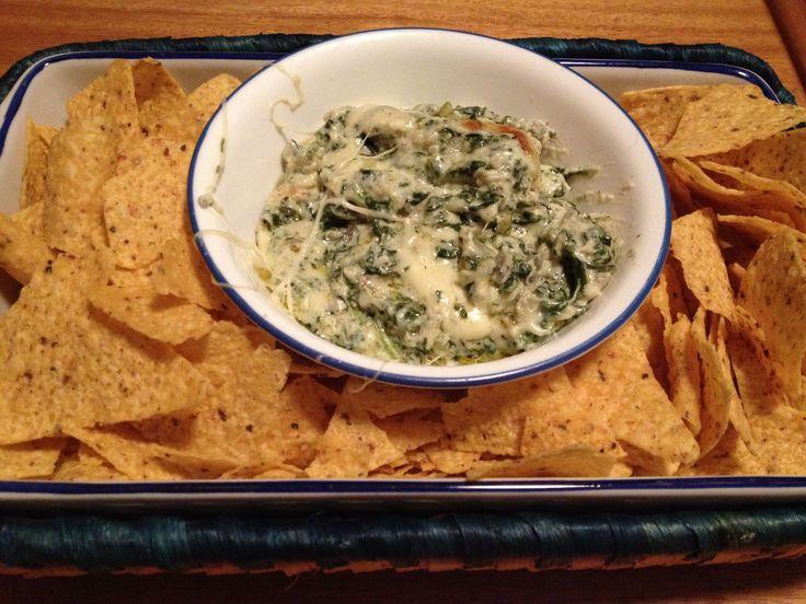 Dip de alcachofas y espinaca (artichoke spinach Dip): cream cheese + parmessan cheese + dried spinach + artichoke heart + garlic + mozzarella on top