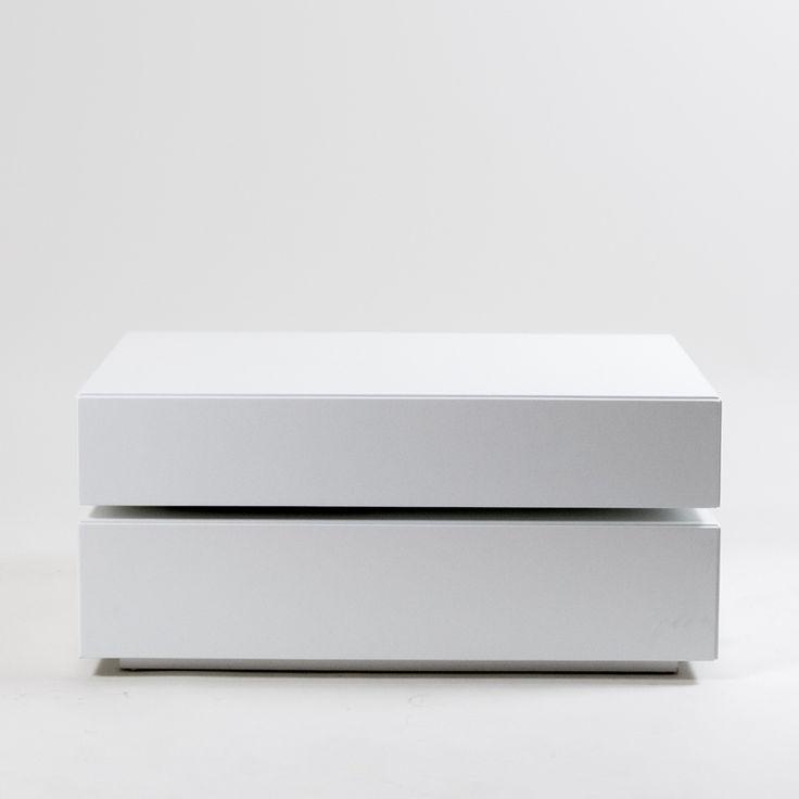 Basebox salongbord finnes i svart eikfolie, hvit lakk, svart lakk samt hvit- og svart høyblank lakk. Finnes i størrelsene B 90, D 52, H 40 cm. Dette møbelet kommer montert.