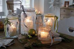 Große Gläser verwandeln sich mithilfe von Eisspray und ein paar Schablonen aus Maler-Krepp in ungewöhnliche Windlichter.