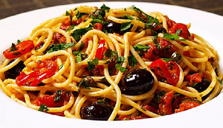Salsa putanesca: 4 anchoas 4 Tomates (250gr. aproximadamente) 50 g de aceitunas negras Media cucharada de alcaparras Orégano 1 diente de ajo 2-3 cucharadas de aceite de oliva Cayena http://www.cosmopolitantv.es/noticias/10590/receta-salsa-putanesca