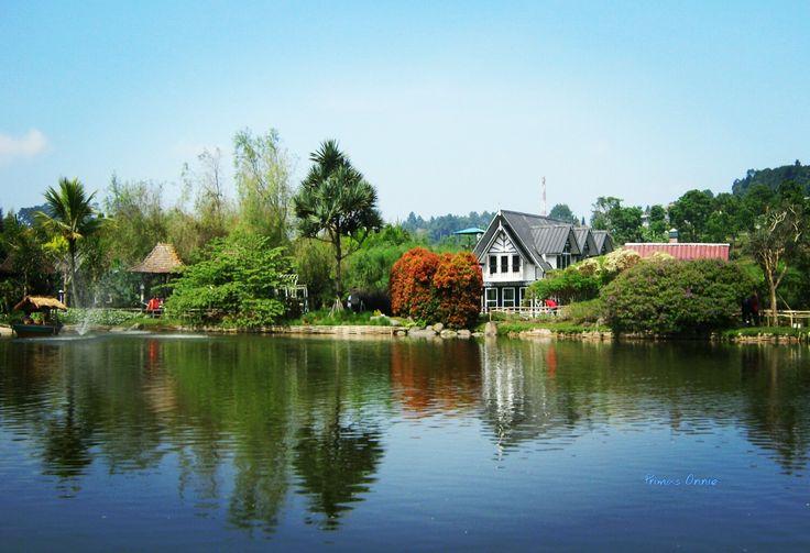 Rumah di tepi danau