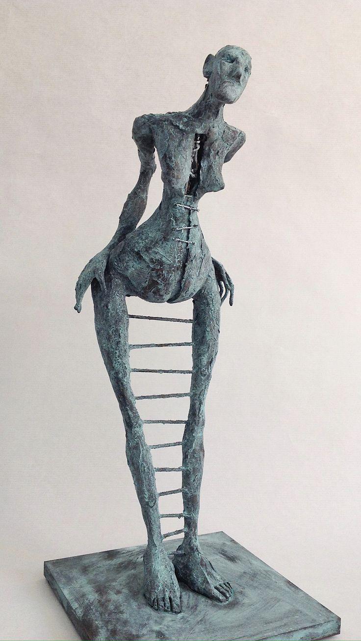 "Pablo Hueso. ""OneStep"" Figura Ne347. 2016. Arcilla polimérica. Polvo de  bronce. Acero. 36,5 x 15 x 15 cm. http://www.pablohuesoart.com"