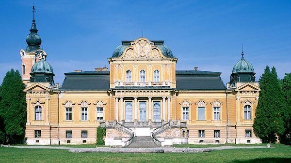 Zámek je jednou z dominant Spišského Hrhova.