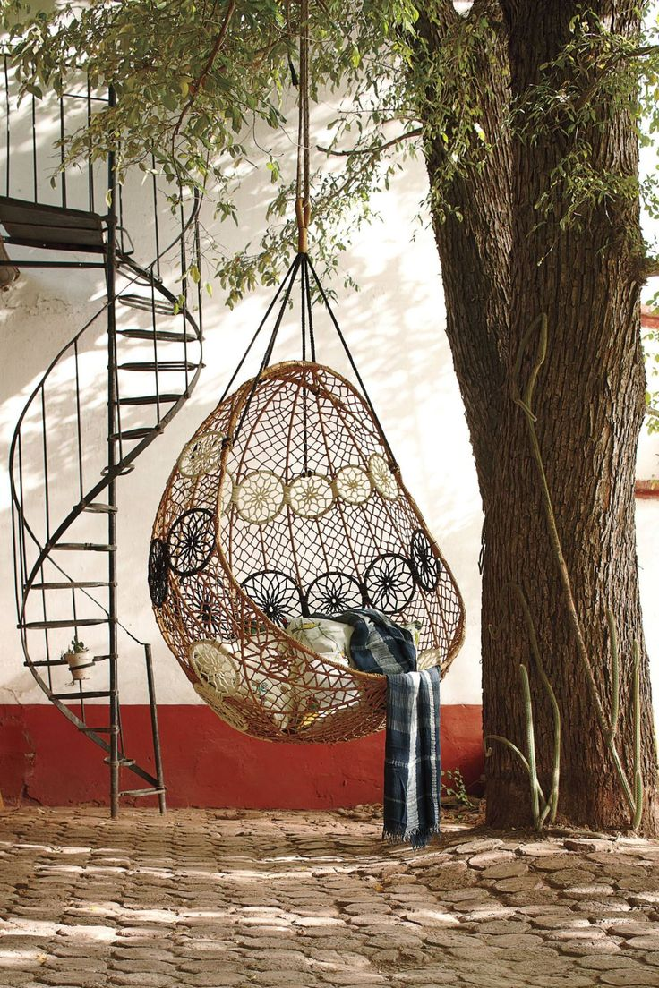Уютное кресло из ротанга в виде качели