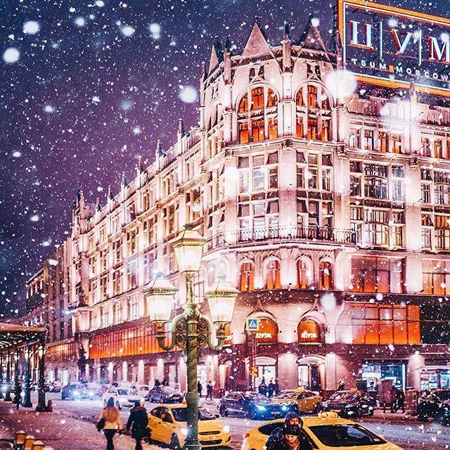 Мммм, погода сегодня шикарная с самого темного утра, когда большая и полная луна смотрела мне в окна. Потом было голубое небо и огромные снежные облака на нем. А теперь медленно падает пушистый снежок. Самое время прогуляться. // Moscow, TSUM
