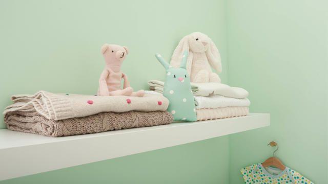 Hijau mint adalah warna yang lembut sekaligus segar, sehingga cocok untuk skema warna kamar bayi – cukup lembut untuk memudahkan si kecil tidur, tetapi cukup menyegarkan juga untuk membantu Anda bertahan sepanjang malam jika bayi Anda menolak tidur. Cat yang mana?   L14- K9.07.82 / 70GY 73/124
