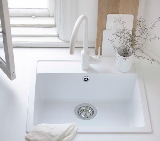 ホワイトのシングルレバーキッチン混合栓を組み合わせたホワイトのシングルボウルはめ込み式シンク